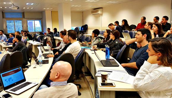 סטודנטים מספקים תובנות ופתרונות לחברות בקורס Business Data Analytics